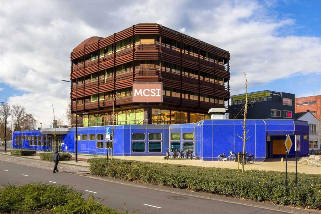 Het blauwe gebouw in het zonnetje